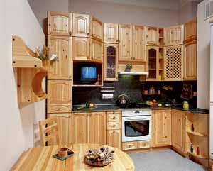 Кухня из сосны с оригинальным шкафом под телевизор